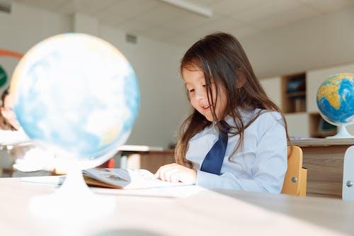 Uno Studente Sorridente Che Studia Geografia