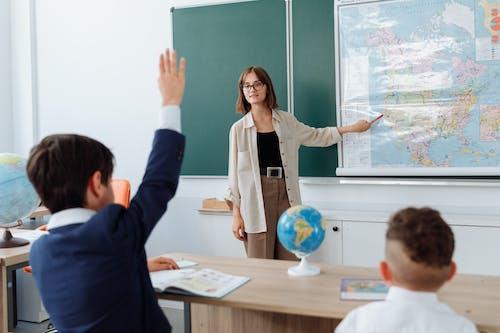 Enseignant Discutant De Sa Leçon Sur La Géographie