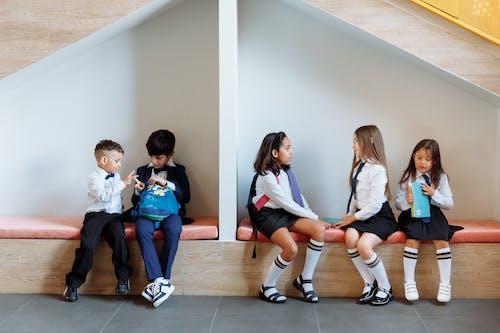 벤치에 앉아 서로 이야기하는 학생들