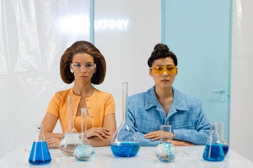Gratis lagerfoto af alvorlige, beskyttelsesbriller, eksperiment