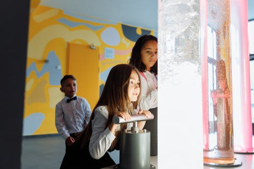 Enfants Jouant Avec Des Liquides Colorés à L'intérieur Du Conteneur
