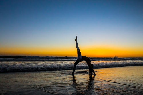 Kostenloses Stock Foto zu dämmerung, flexibel, frau, horizont