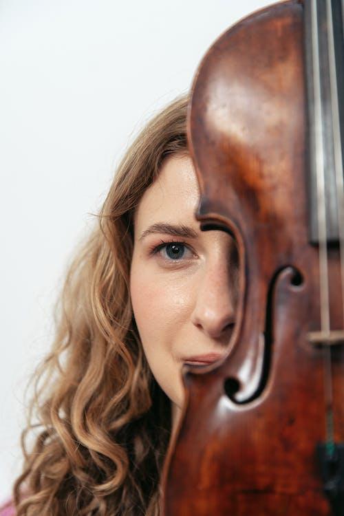 Photos gratuites de femme, instrument à cordes, jeune
