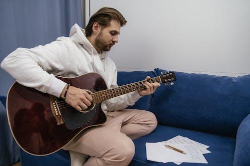Gratis lagerfoto af akustisk guitar, indendørs, mand