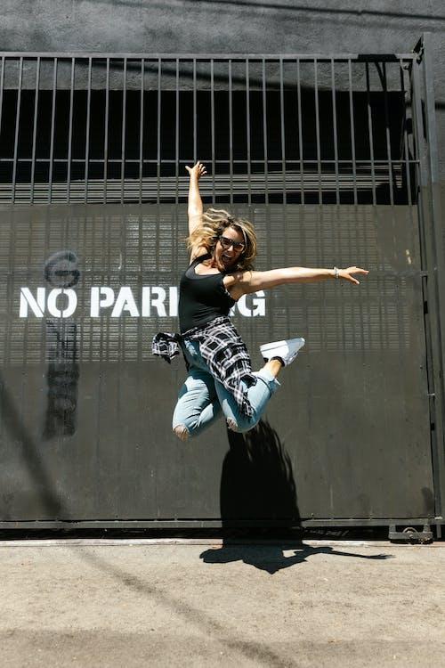 Foto d'estoc gratuïta de a l'aire lliure, actuació, adolescent