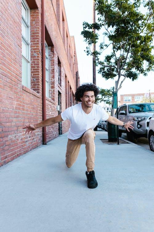 Foto d'estoc gratuïta de a l'aire lliure, adult, ball de carrer