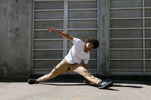 Foto d'estoc gratuïta de adult, Arts marcials, ball de carrer