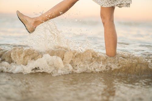 H2O, 一雙鞋, 在沙灘上 的 免費圖庫相片