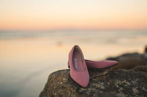 一雙鞋, 在沙灘上, 夏天 的 免費圖庫相片