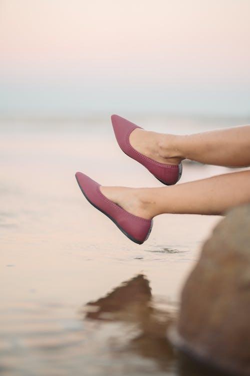 一雙鞋, 人, 在沙灘上 的 免費圖庫相片