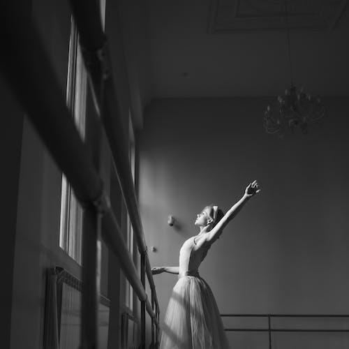 คลังภาพถ่ายฟรี ของ ขาวดำ, ท่าทาง, นักบัลเลต์หญิง