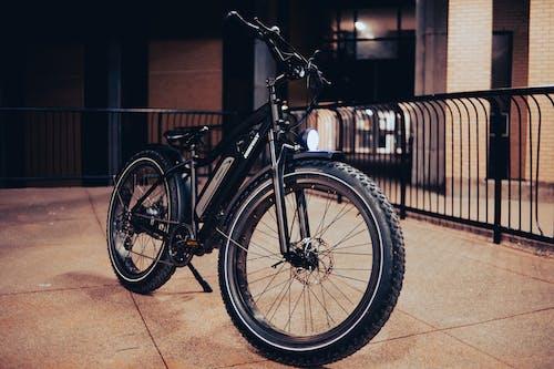 Photos gratuites de bicyclette, chaussée en béton, garé