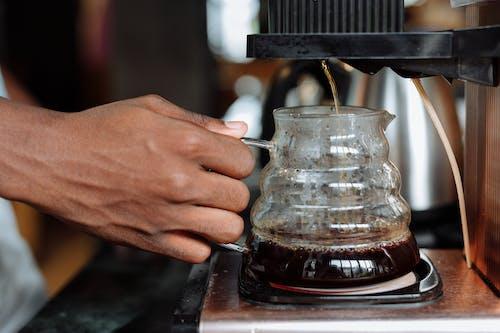 Kostenloses Stock Foto zu brauerei, gebrühter kaffee, hand
