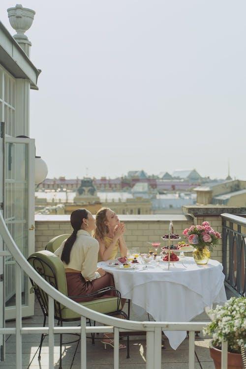 Kostenloses Stock Foto zu abendessen, architektur, balkon
