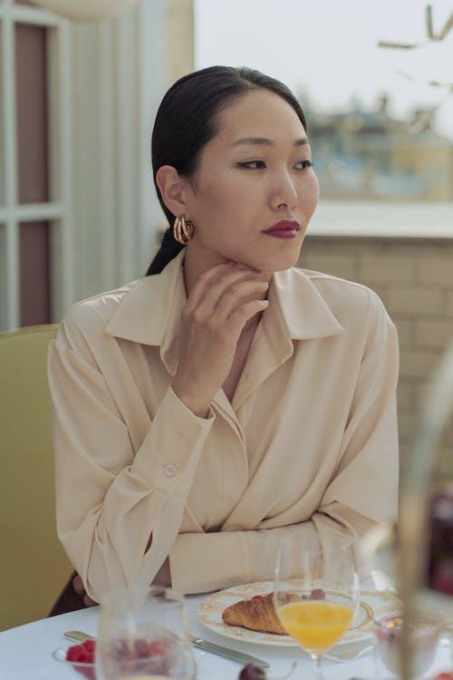 Безкоштовне стокове фото на тему «азіатська жінка, вертикальні постріл, Гарний»