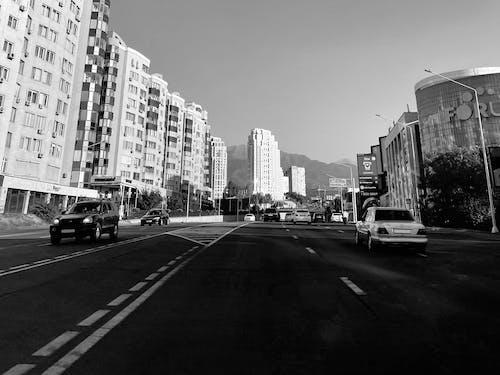 Foto d'estoc gratuïta de almaty, blanc i negre, carretera