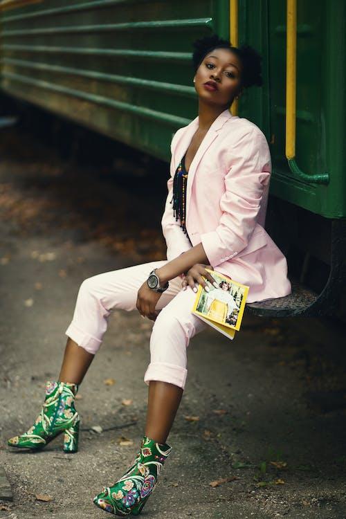 afroamerikansk kvinde, blad, fodtøj