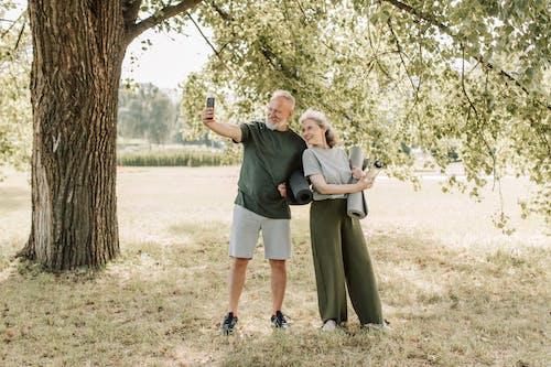Fotobanka sbezplatnými fotkami na tému alkoholický jablkový mušt, byť spolu, chôdza