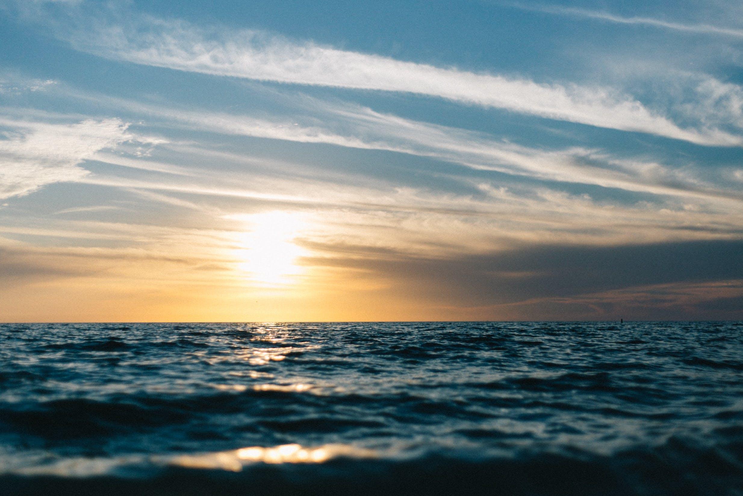 altın saat, deniz, deniz manzarası, doğa içeren Ücretsiz stok fotoğraf