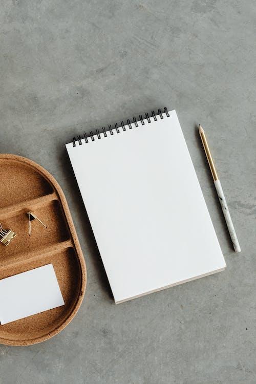 Foto profissional grátis de caderno, caderno vazio, cartão vazio