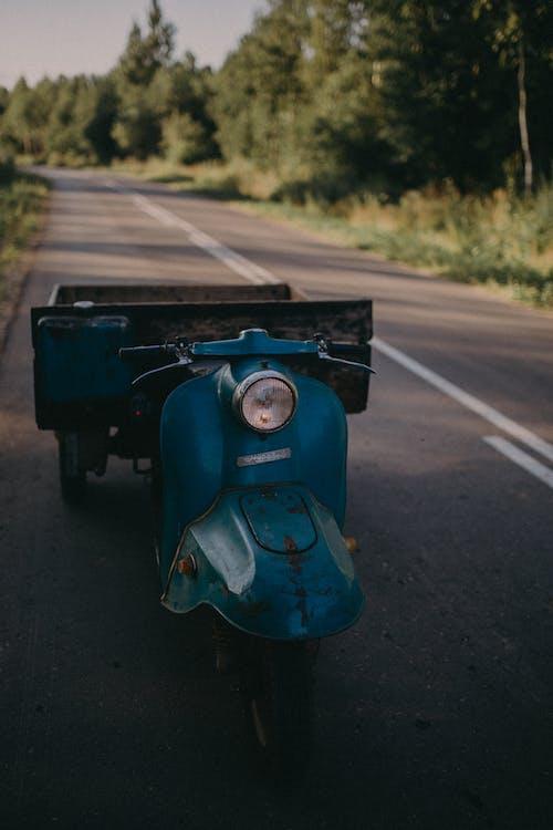 Безкоштовне стокове фото на тему «автомобіль, асфальт, велосипед»