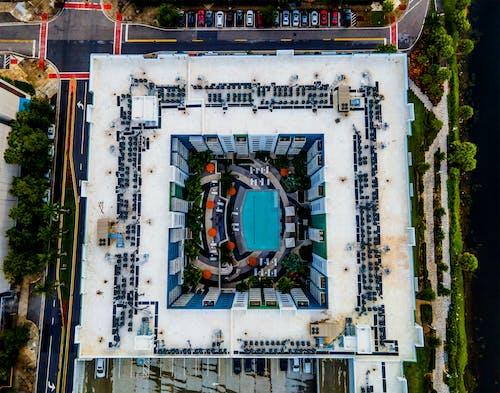 Безкоштовне стокове фото на тему «багатоквартирний будинок, багатоквартирні будинки, басейн»