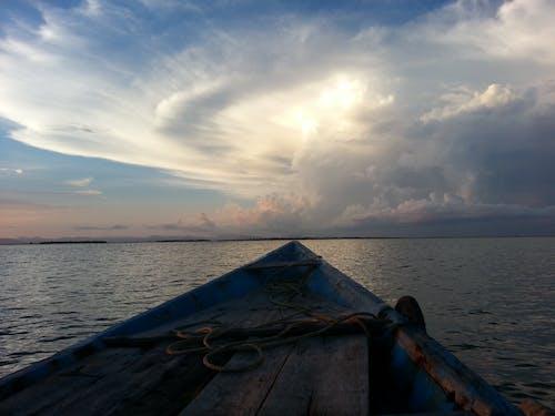 Základová fotografie zdarma na téma člun, moře, mraky, oceán