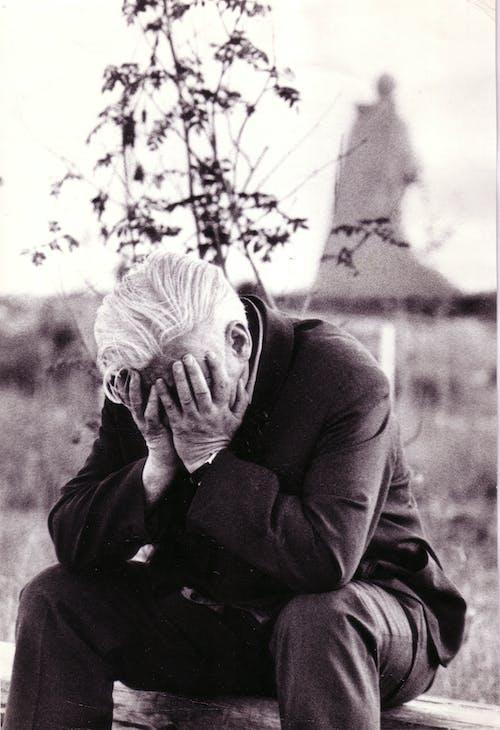 Бесплатное стоковое фото с горе, лицо покрыто, монохромный
