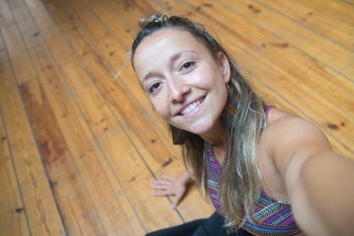 Darmowe zdjęcie z galerii z brunetka, czas wolny, drewno