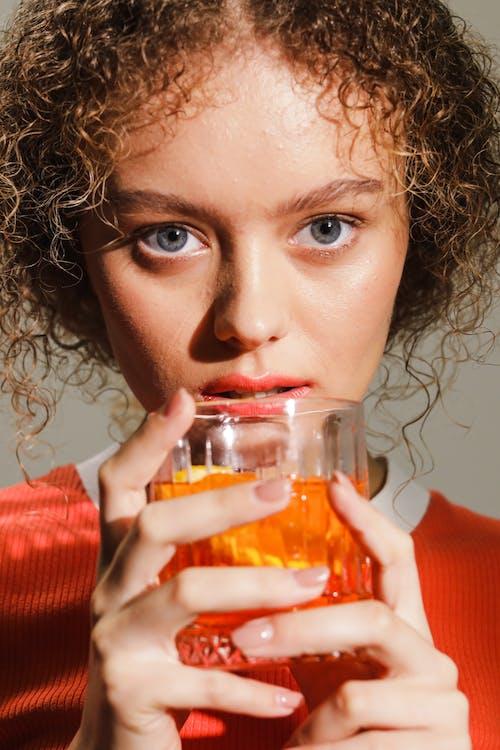 Kostenloses Stock Foto zu alkoholisches getränk, auge, blick in die kamera