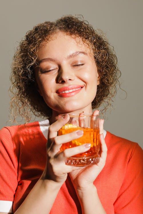 Kostenloses Stock Foto zu alkoholisches getränk, augen geschlossen, cocktail