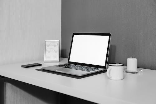 Бесплатное стоковое фото с apple, ароматическая свеча, белые стены