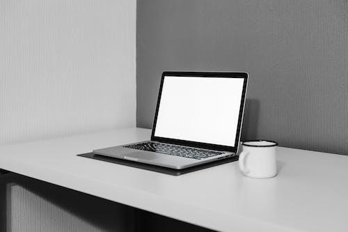 Бесплатное стоковое фото с apple, белые стены, белый стол