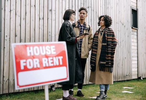 Fotos de stock gratuitas de adultos, agente de bienes raíces, al aire libre