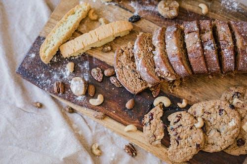 Foto profissional grátis de assados, bandeja de madeira, biscoitos