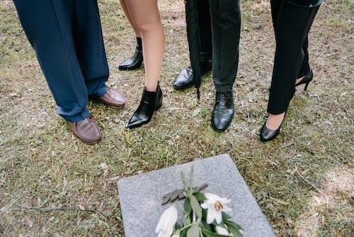 Foto profissional grátis de calçados, cemitério, flores