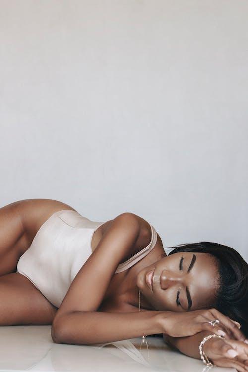Afrikalı kadın, arkaya yaslanmak, Baştan çıkarmak içeren Ücretsiz stok fotoğraf