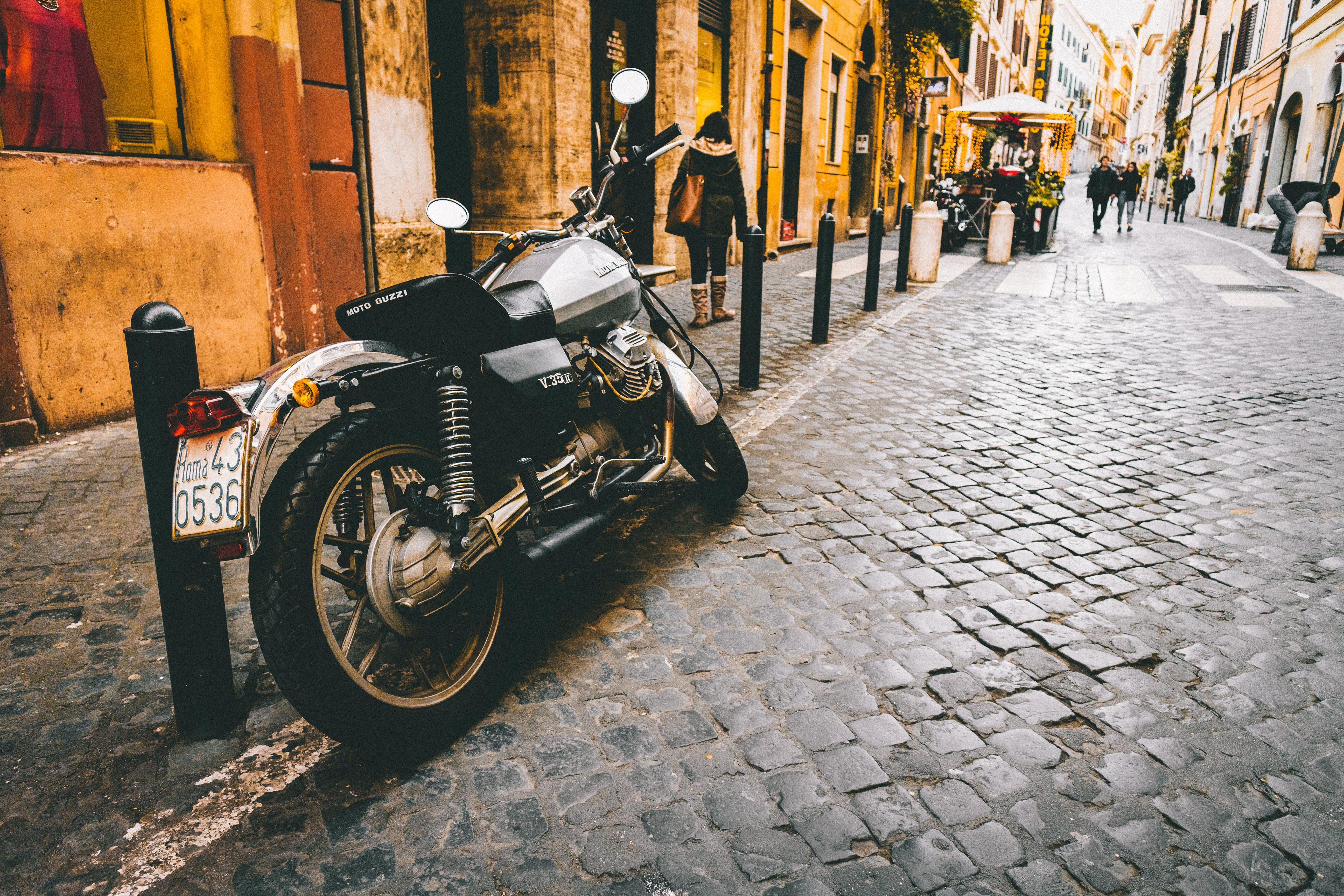 araç, Arnavut kaldırımlı sokak, insanlar, kasaba içeren Ücretsiz stok fotoğraf