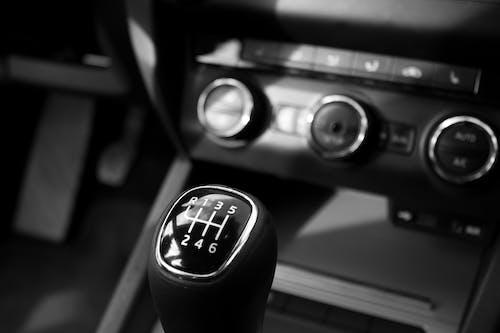 Gratis arkivbilde med bilinteriør, girskift, svart-hvitt, tannhjul