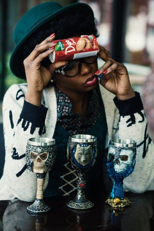 Fotos de stock gratuitas de cálices, chica de raza negra, lata, manos