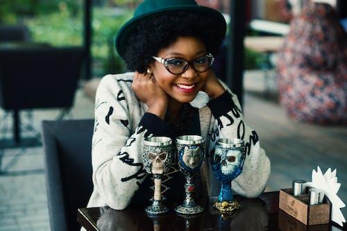 Fotobanka sbezplatnými fotkami na tému Afroameričanka, čaša, černoška, dievča tmavej pleti