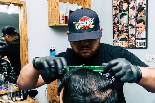 Безкоштовне стокове фото на тему «зачіска, кепка, люди, ножиці»