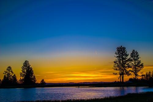 ağaçlar, göl kenarı, gün batımı, gün doğumu içeren Ücretsiz stok fotoğraf