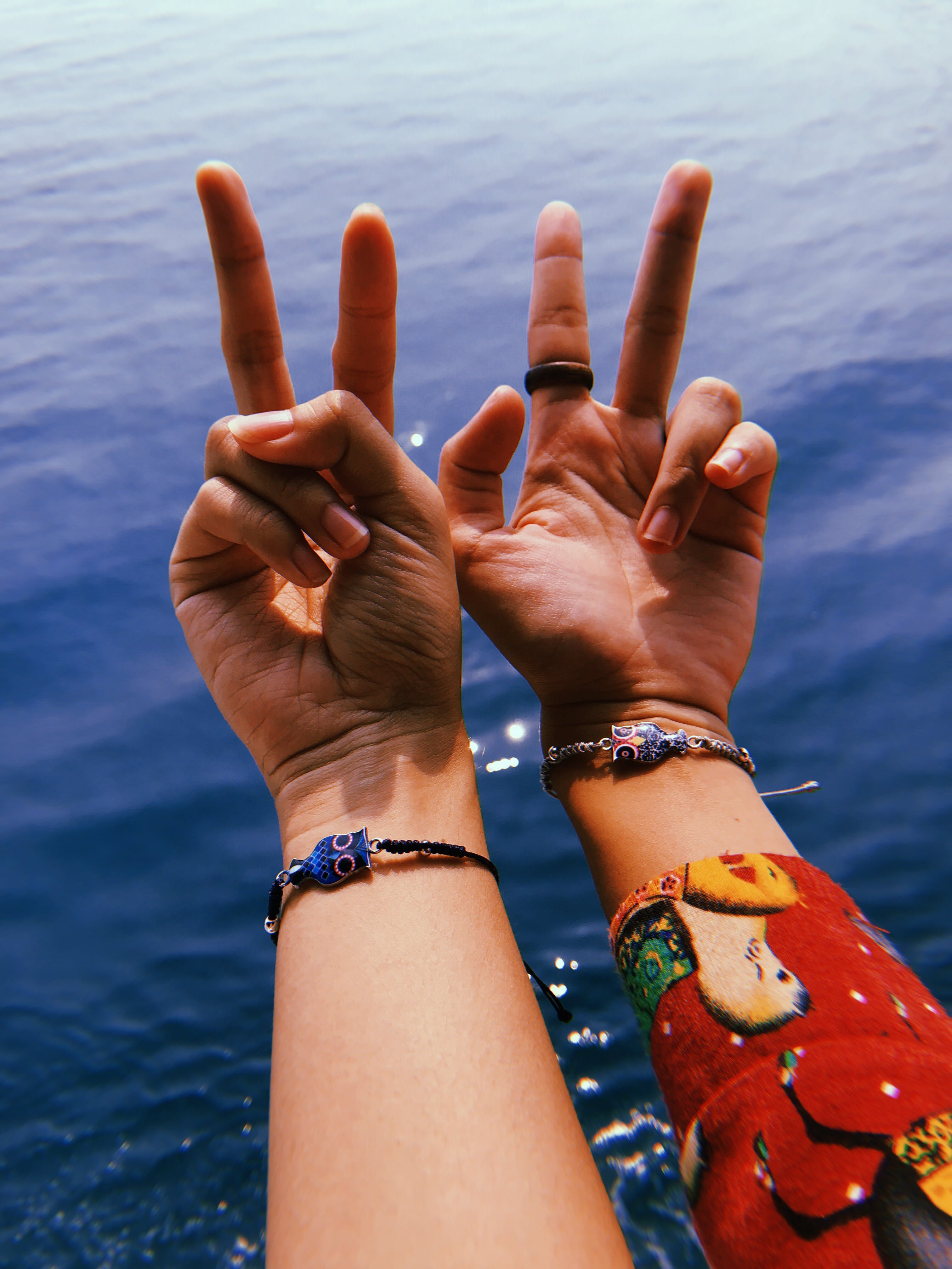 Kostenloses Stock Foto zu armbänder, finger, frieden, hände