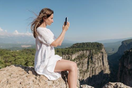 Darmowe zdjęcie z galerii z biała sukienka, fotografowanie, góra