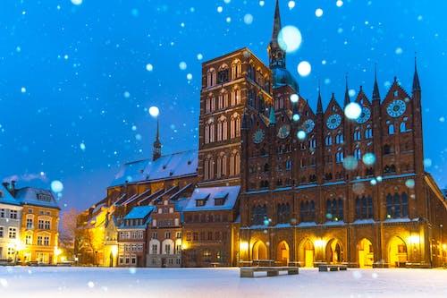 bina, gece, görülecek yer, kar içeren Ücretsiz stok fotoğraf