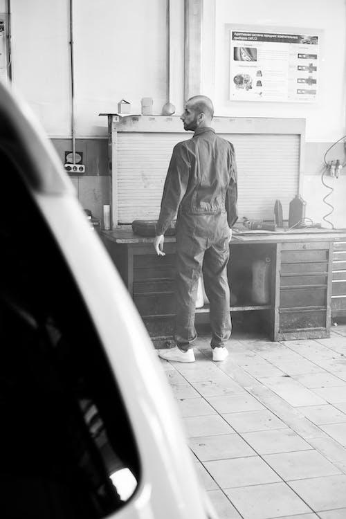 Immagine gratuita di barbuto, bianco e nero, in piedi