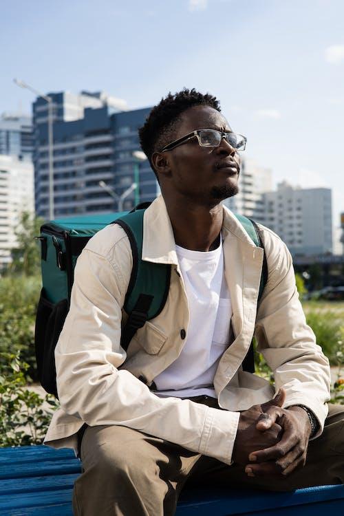 Základová fotografie zdarma na téma afroamerický, batoh, bílý plášť