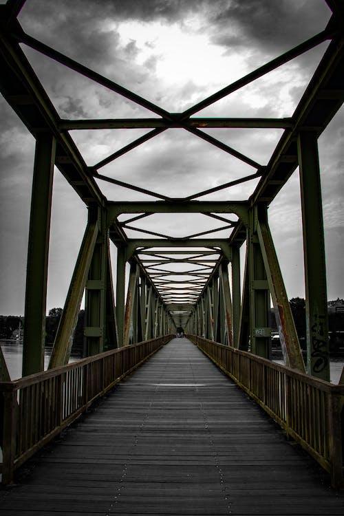 Gratis stockfoto met bewolkte lucht, brug, brug plafond, brugleuning