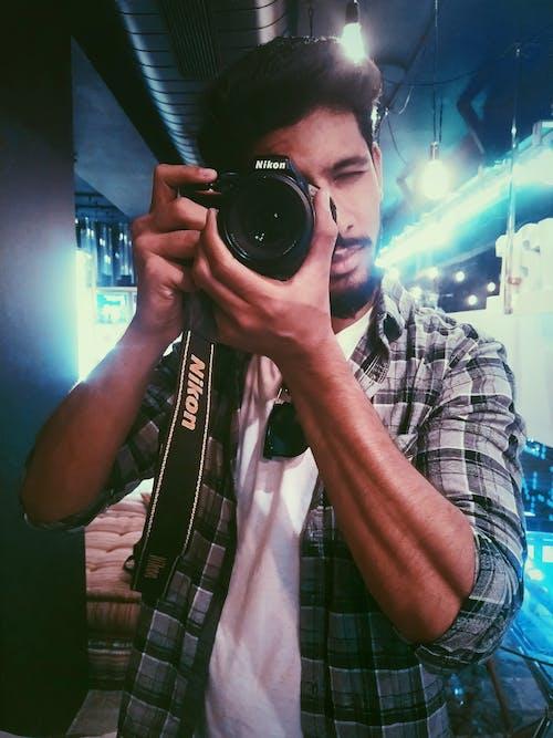 Foto d'estoc gratuïta de càmera, fent una foto, fotògraf, home